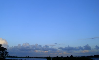 Blue_sky_and_clouds_over_lake